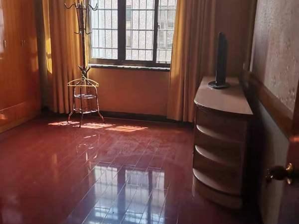 出租靖海路一幢落地3室2厅2卫110平米三万一年